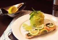 Grilovaný losos se šťouchanými brambory – recept zdarma