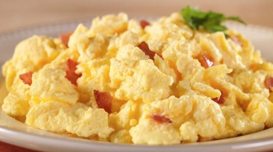 Míchaná vejce se slaninou a chilli – recept zdarma