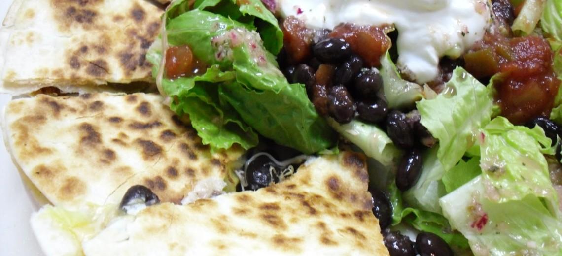 Salát s quesadillou, chedarem a papričkami jalapeno