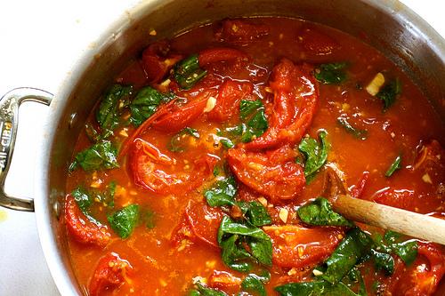 Hřejivá rajčatová polévka s chilli a medem – recept zdarma