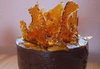 Čokoládovo-čokoládový dort s chilli karamelem